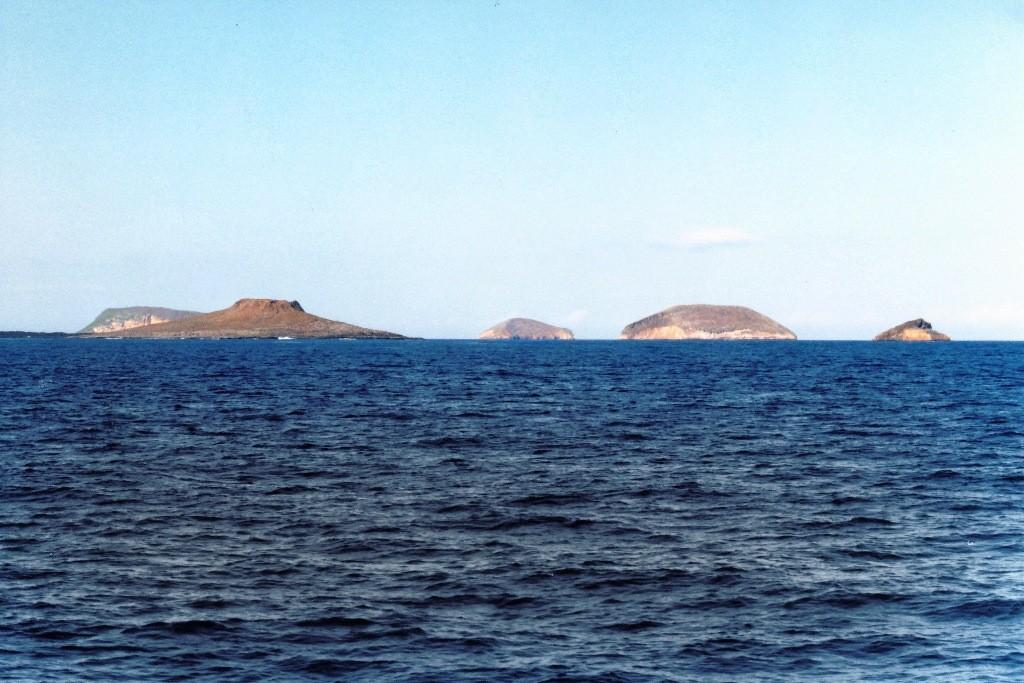 Rückreise nach Santa Cruz. Hier sehen wir v.l.n.r. die Isla Seymour Norte, Daphne Menor und Minor, Isla Seymour und Baltra