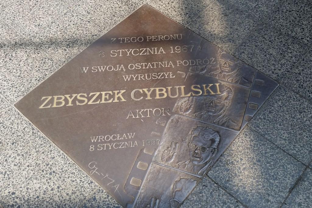 Gedenktafel von Schauspieler Zbigniew Cybulski (James Dean Polens) der auf diesem Bahnsteig am 8. Januar 1967 durch Aufspringen auf einen fahrenden Zug um Leben kam.