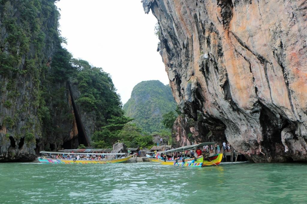 Der schmale Strand zwischen beiden Inseln (links Khao Phingkan), eingebettet zwischen hohen Kalksteinwänden von bis zu 300 m Höhe im Gedröhn der Longtailboot Motoren.