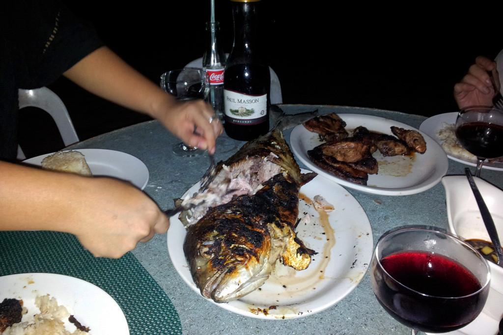 Der Jackfisch (Mamsa) wird seziert, die Portionen sind üppig und zergehen auf der Zunge, ein Gedicht!