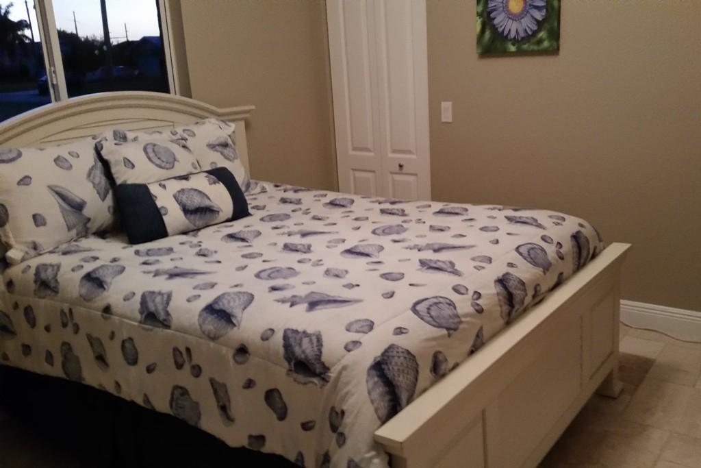 Mein Schlafzimmer, leider ohne Jalousie! Ich half mir anderweitig!