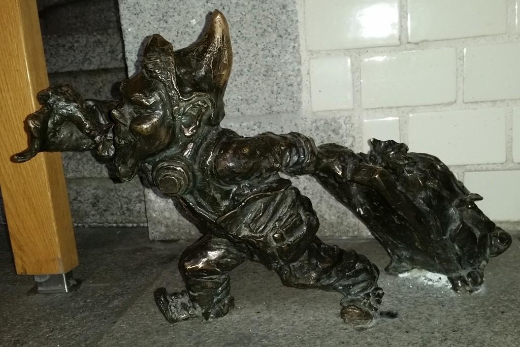 Das ist der zuletzt gefundene Zwerg Nr. 31(Krasnal z walizką) Zwerg mit Kofgfer