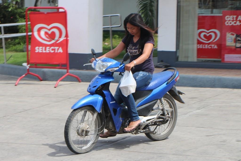 Was auf den Philippinen so gut wie unbekannt ist, sehen wir auf diesem Foto, nämlich der Sturzhelm! Ganze vier Fahrer mit diesem sah ich während unseres Urlaubs hier!