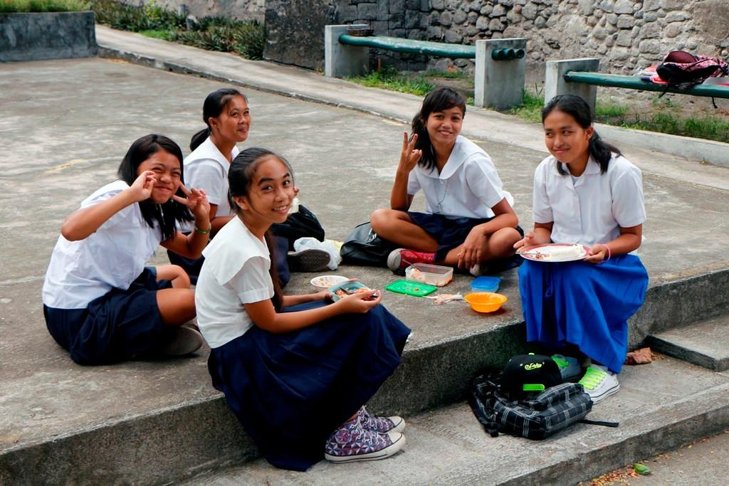 Schülerinnen der New Life Bible Baptist Mission beim Essen und Pausentratsch!