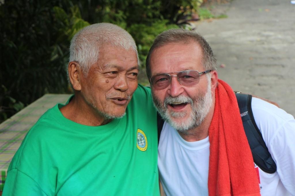 Ein älterer und freundlicher Filipino mit mir im herzlichen Gespräch, sehr angenehm!