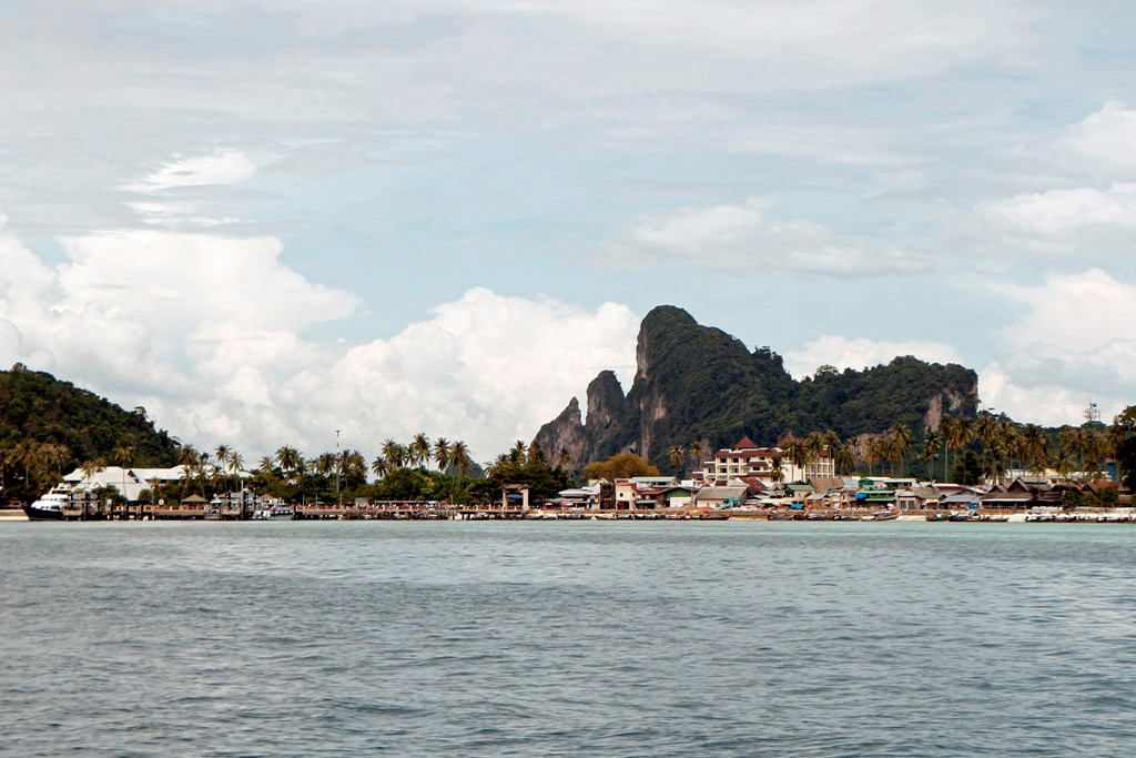 Koh Phi Phi Don ist ein extrem beliebtes Ausflugsziel für Touristen aus aller Herren Länder, Krabi und Phuket, die mit Ausflugsbooten hierher kommen. Die Entfernung zu den beiden Orten beträgt nur etwa je 40 Kilometer.