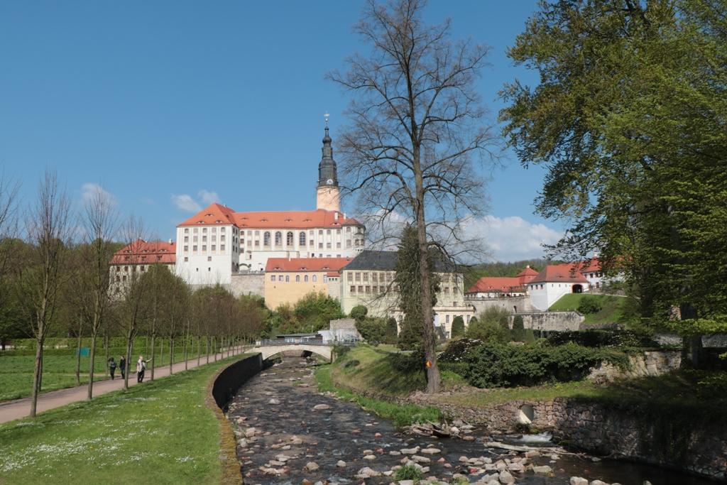 Das Schloss vom Fluss Müglitz aus gesehen