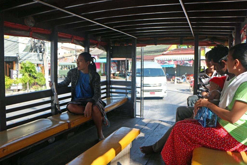 Die Tour beginnt an einem imaginären Songtheaw Stop von Karon nach Chalong
