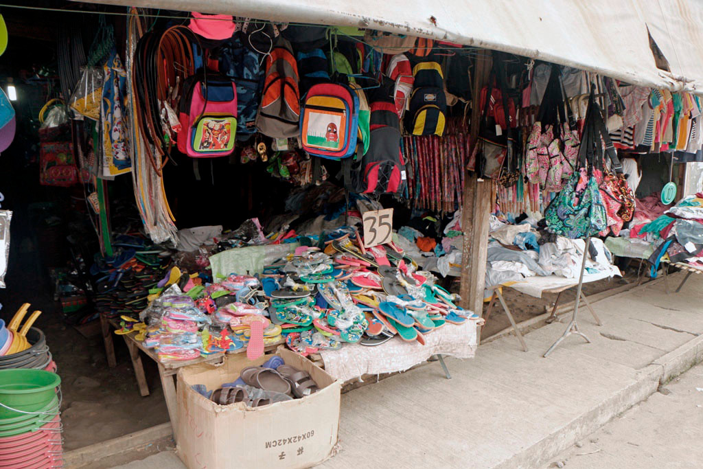 Massenware zu günstigen Preisen, rings um den Public Market in Santa Catalina