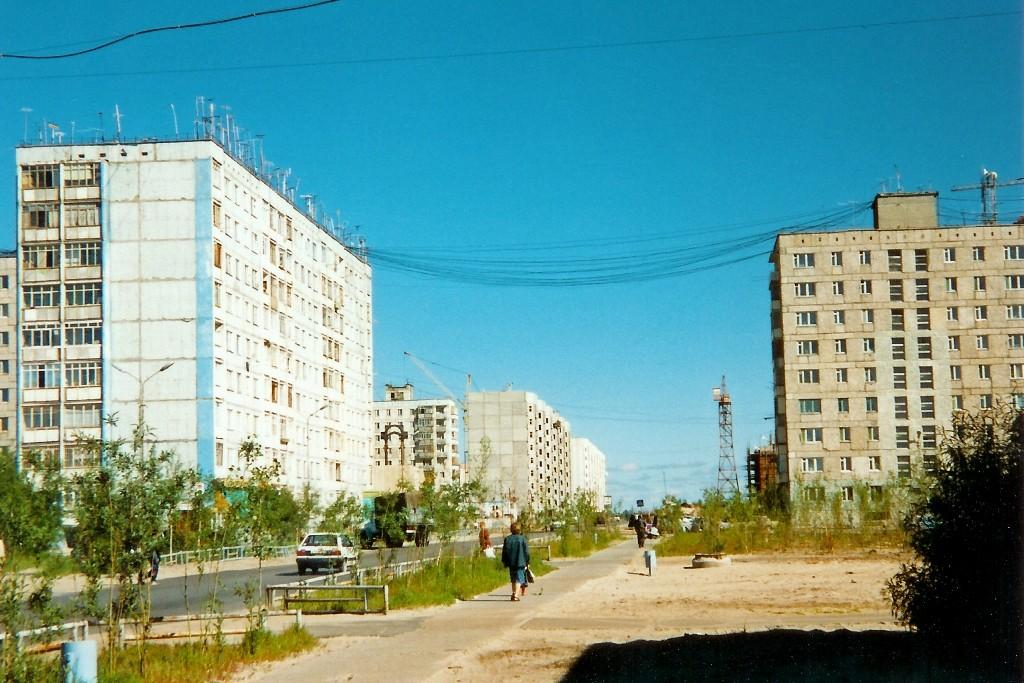 Die geschmacklosen Fassaden der Plattenhochhäuser mit den verschandelnden Antennenkabeln