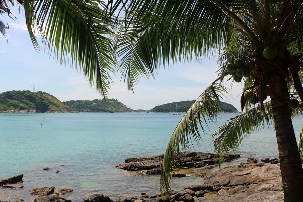 Postkartenidylle - hier Nai Harn Bucht mit Koh Man im Hintergrund