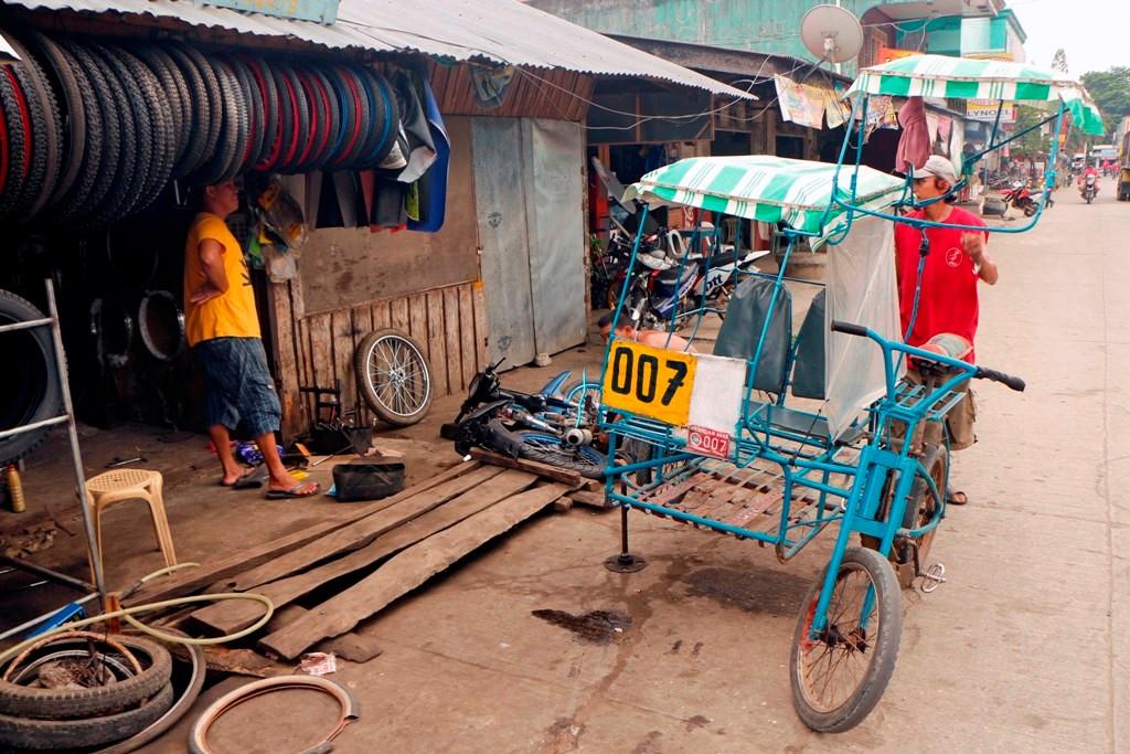 """Das """"James Bond Tricycle"""" da 007, aufgebockt in der Straßenwerkstatt!"""