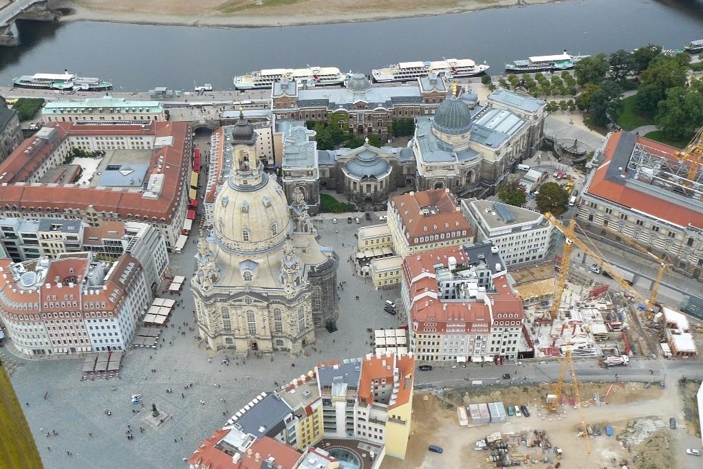 Vor uns der Neumarkt, die Frauenkirche, Komplex Hiltonhotel, Brühlche Terasse, Kunstakademie, Albertinum,  Coselpalais und die Quartier II und Rampische Str.