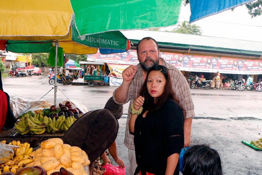 """Udo und Aryana beim Einkauf auf Dauin´s """"Frische Markt""""! Die Früchte haben mit denen, die wir in Deutschland zu kaufen bekommen außer den Namen nichts gemein!"""