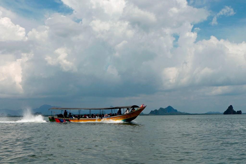 Überall auf unserer Tour begegnen wir diesen Walking boats, der Touristenstrom ist trotz des eher miesen Wetters sehr hoch