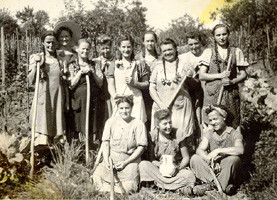 """Die """"Weinzerl Leut"""": fleißige Helferinnen im Weingarten"""