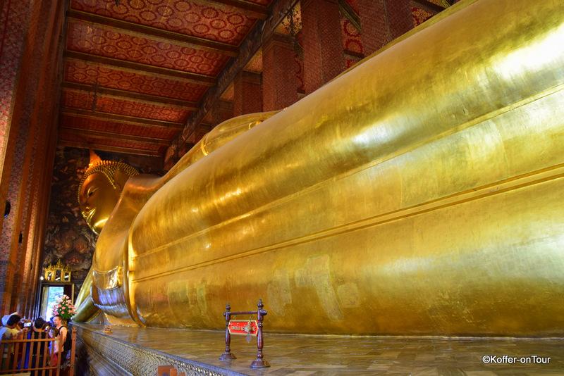 Goldener liegender Buddha im Wat Pho Tempel in Bangkok