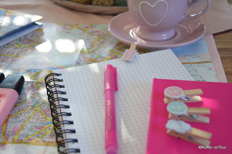 Reiseplanung, Kalender, Notizen, Stift, Stadtkarte, Tee, Keks