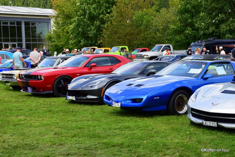 Amerikanische Autos in allen Farben, angefangen bei Mustang bis hin zu Pontiacs, Ford, Pick up