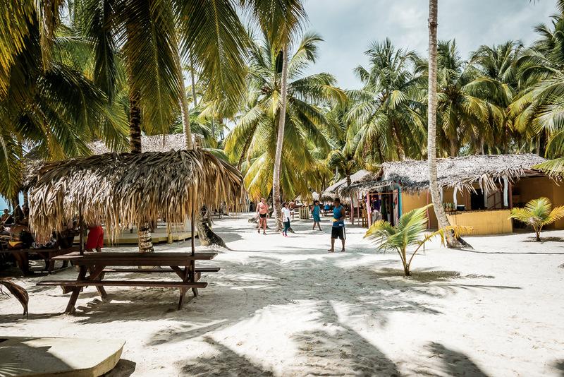 Der Strand mit Sitzgelegenheiten zum Essen , Isla Saona, Ausflug, Dominikanische Republik