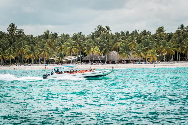 Schnellboote auf dem Weg zum Strand, Isla Saona, Dominikanische Republik