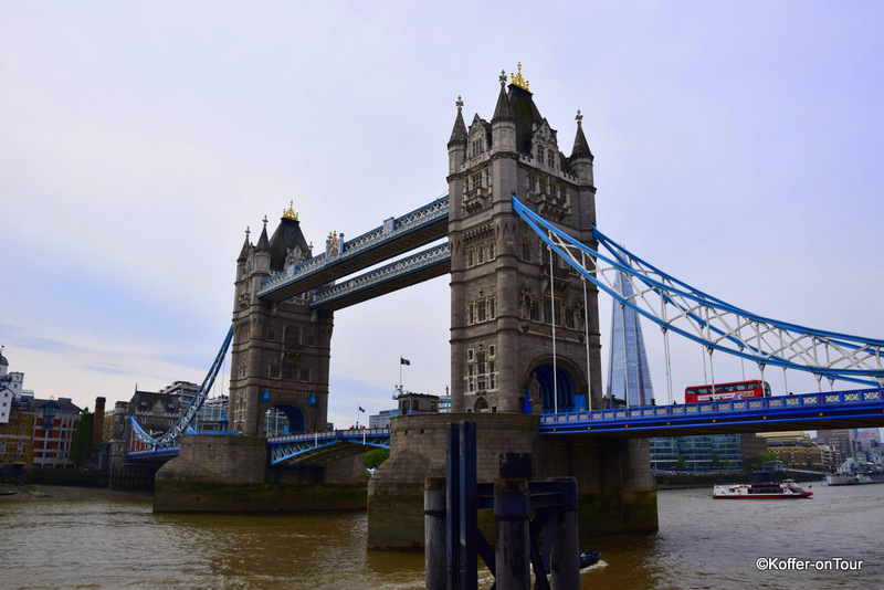 Tower Bridge, Themse, Brücke, London, Roter Bus, Taxis, Autos, Klappbrücke