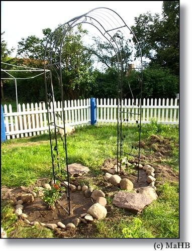 2009- die erste Handlung im Garten, einen Rosenbogen!