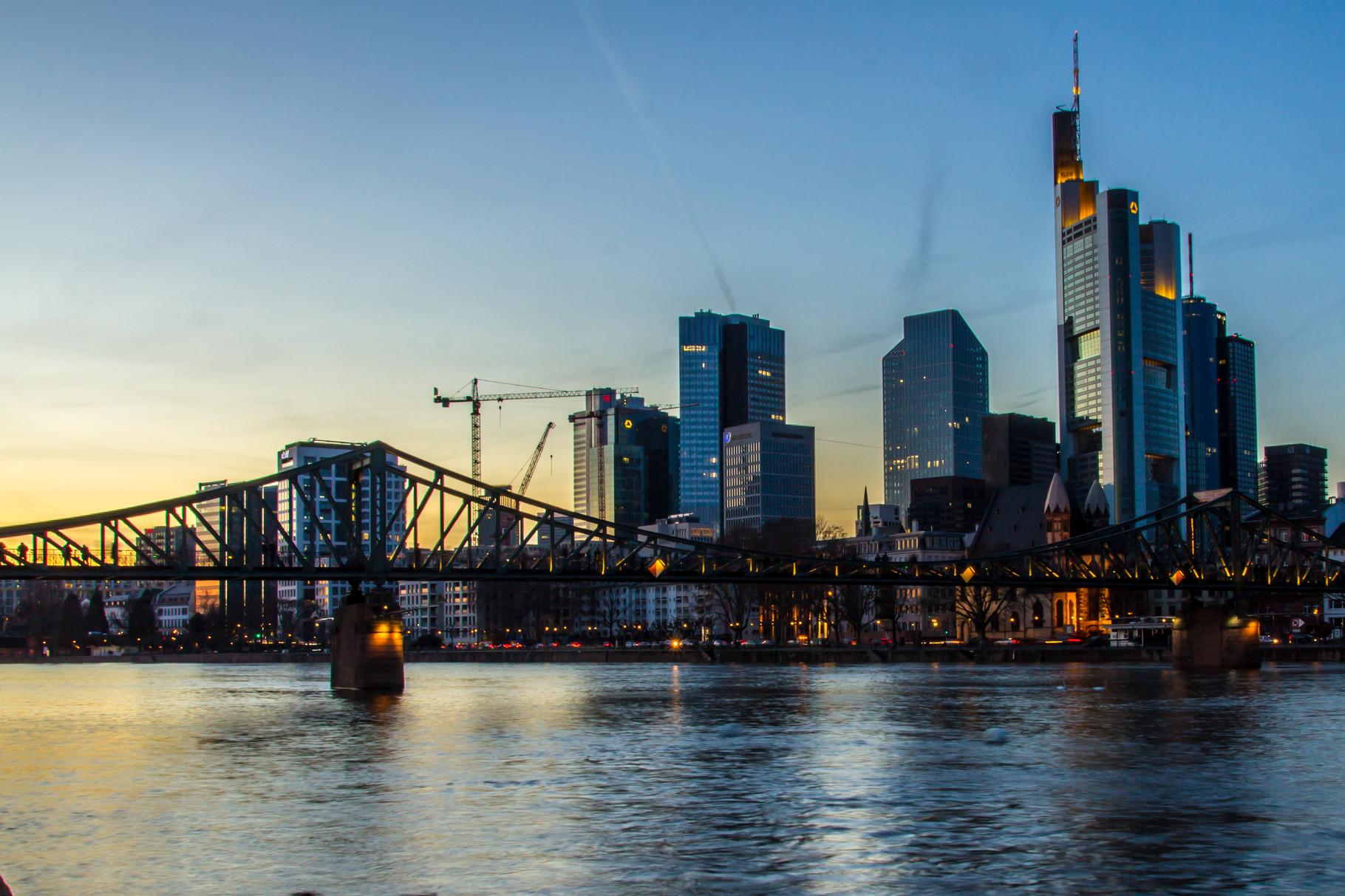 01_Frankfurt am Main - Blick über den Eisernen Steg auf die Skyline