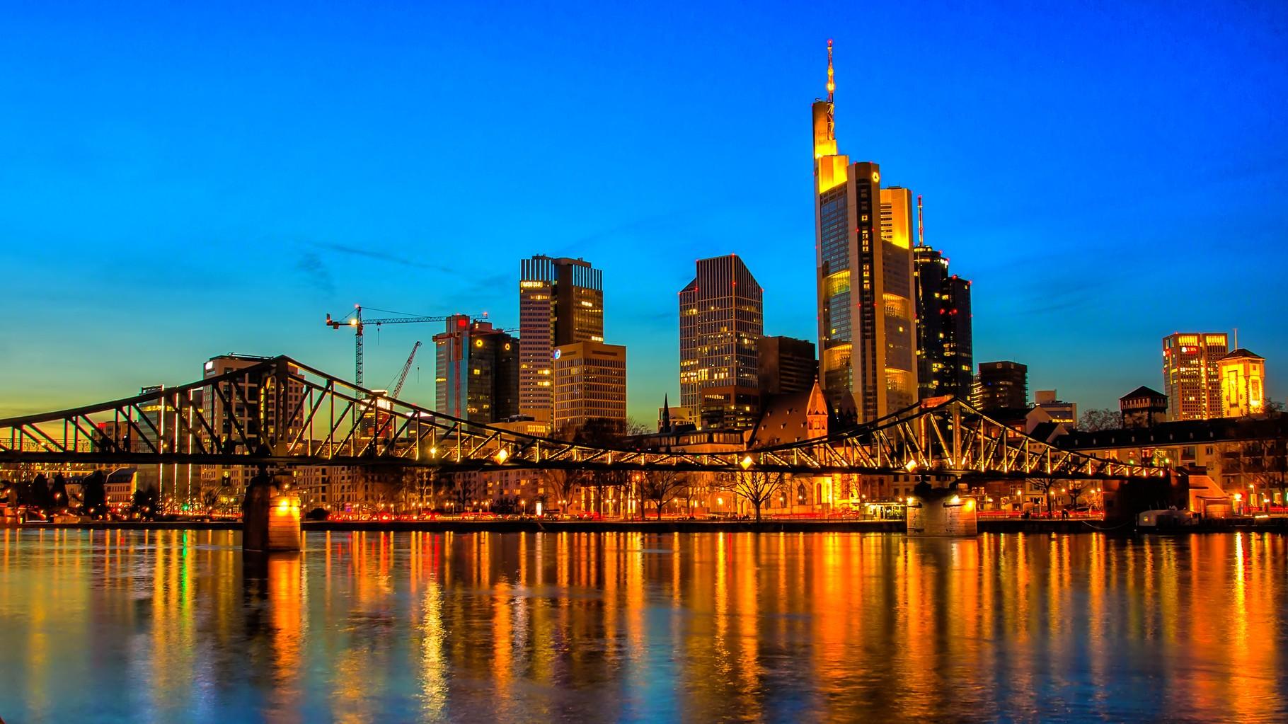03_Frankfurt am Main - Blick über den Eisernen Steg auf die Skyline (16:9 Format)