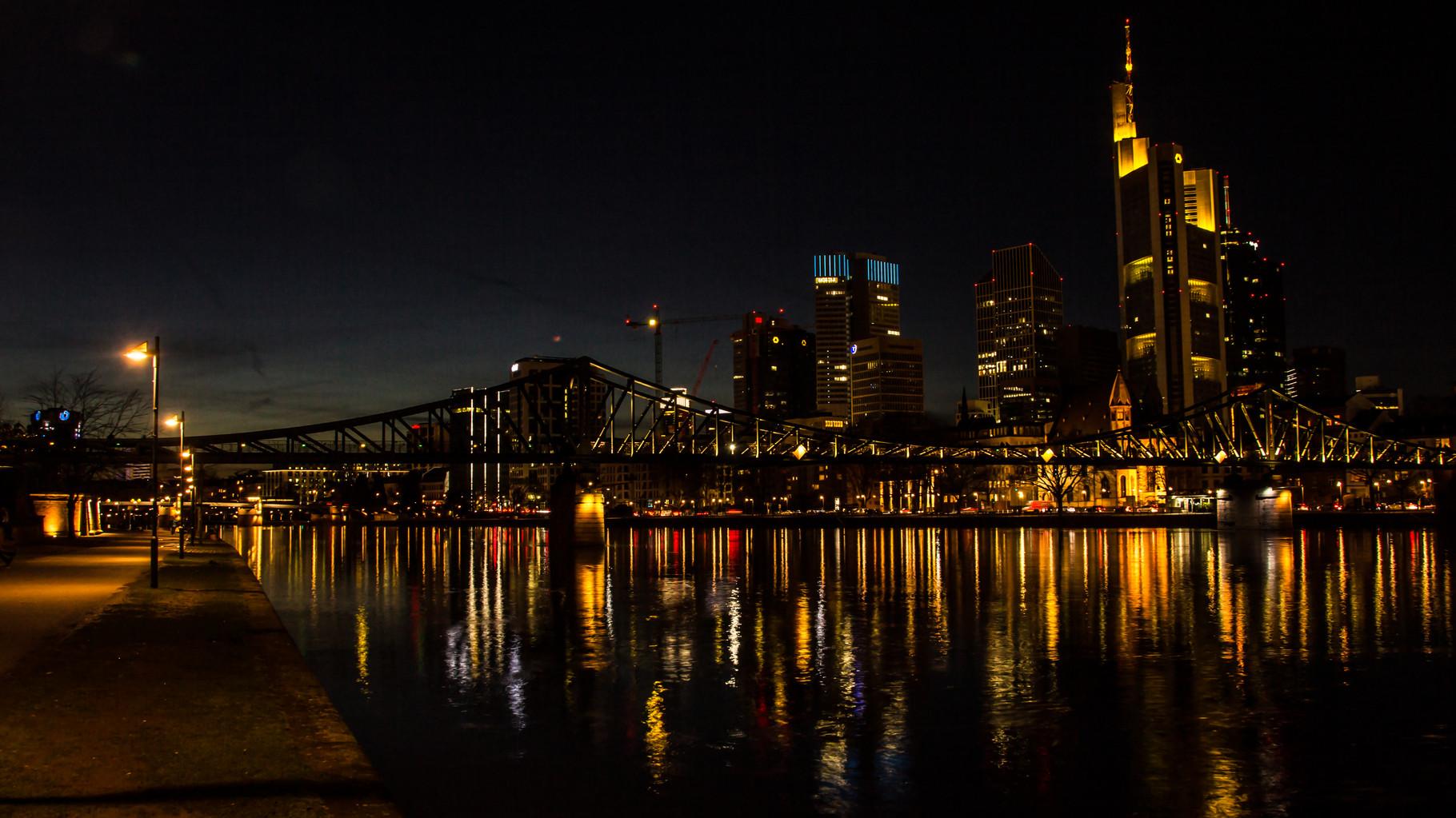 04_Frankfurt am Main - Blick über den Eisernen Steg auf die Skyline (16:9 Format)