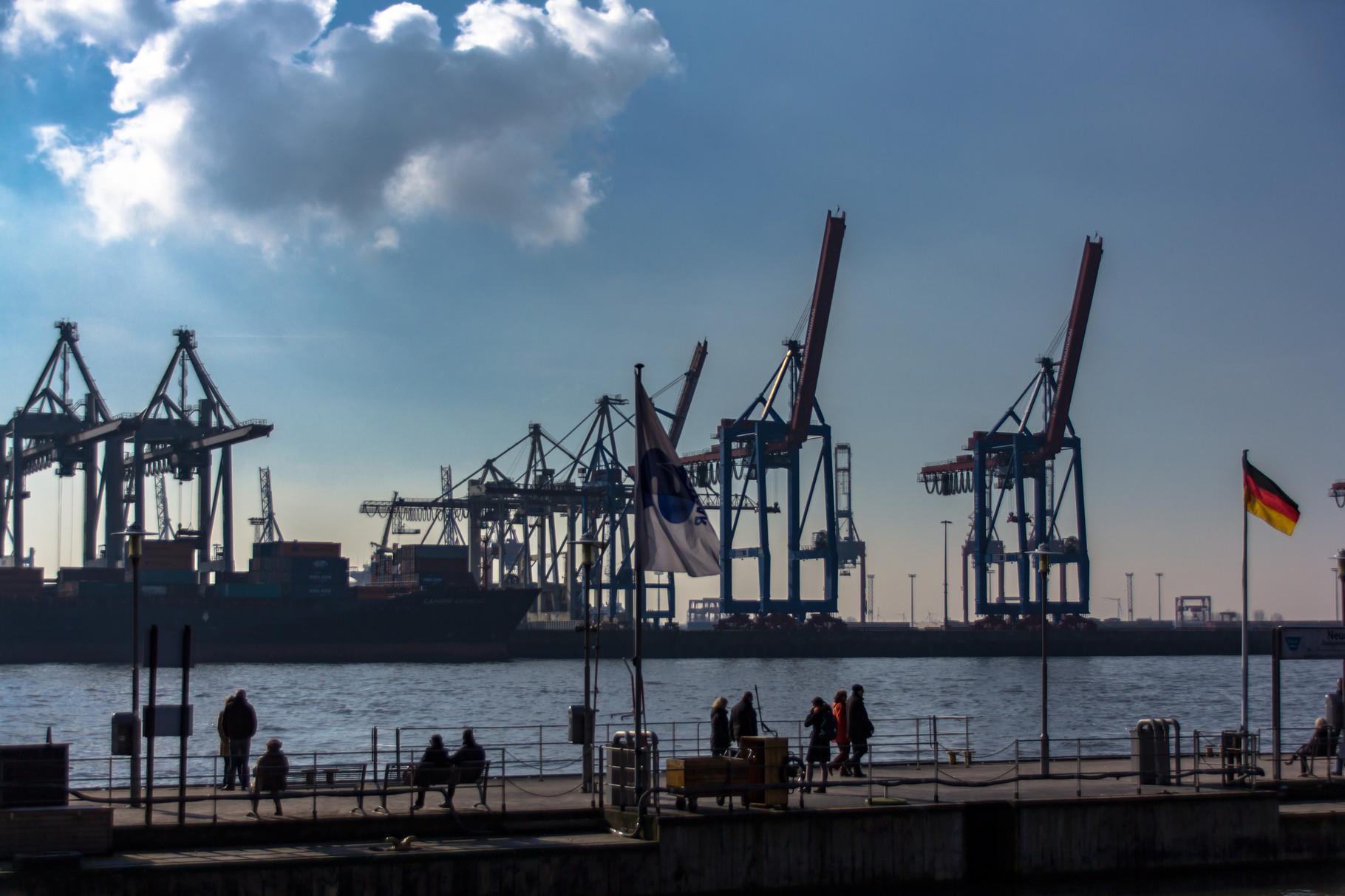09_Hamburg - Elbstrand mit Blick auf Containerhafen.