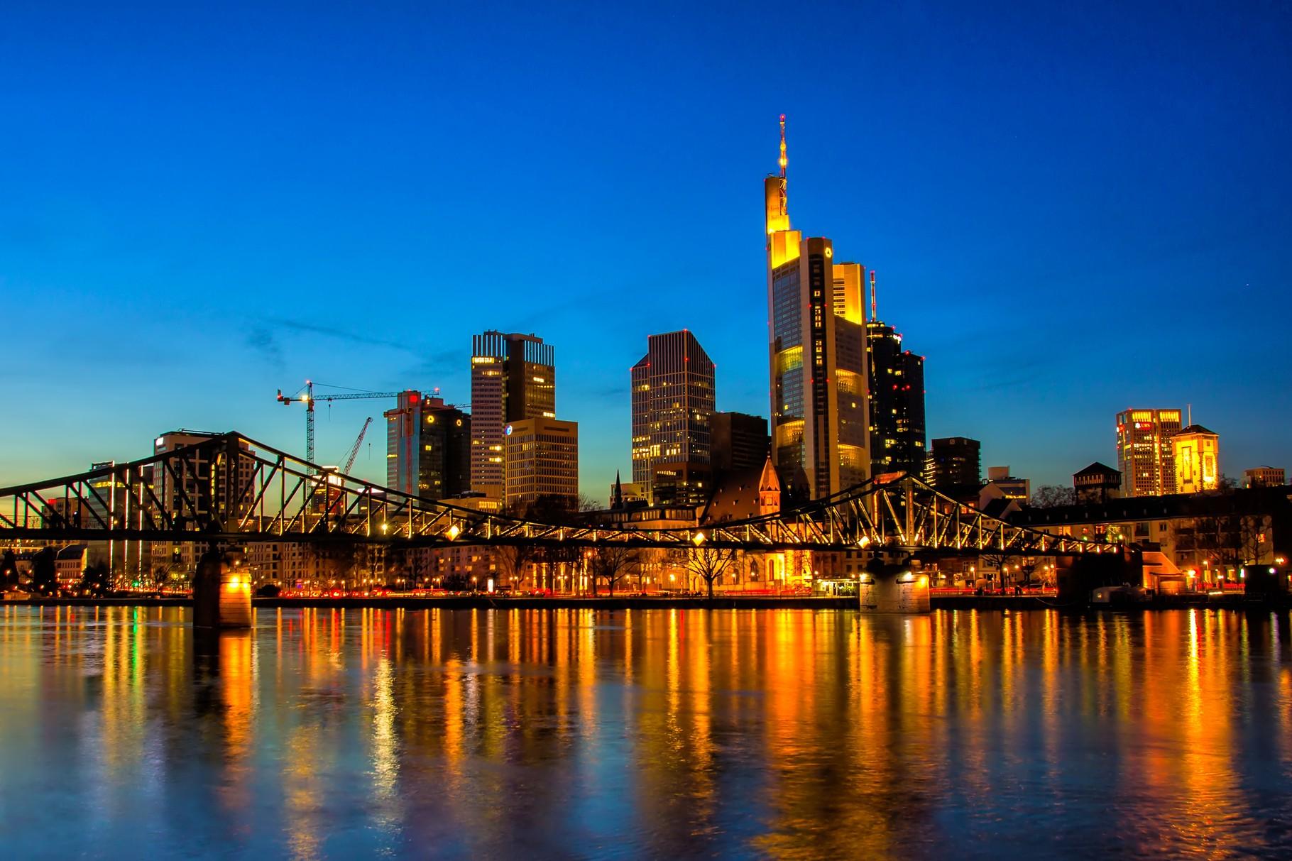 02_Frankfurt am Main - Blick über den Eisernen Steg auf die Skyline