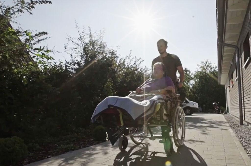 Ein Spaziergang macht auch im Rollstuhl Spaß