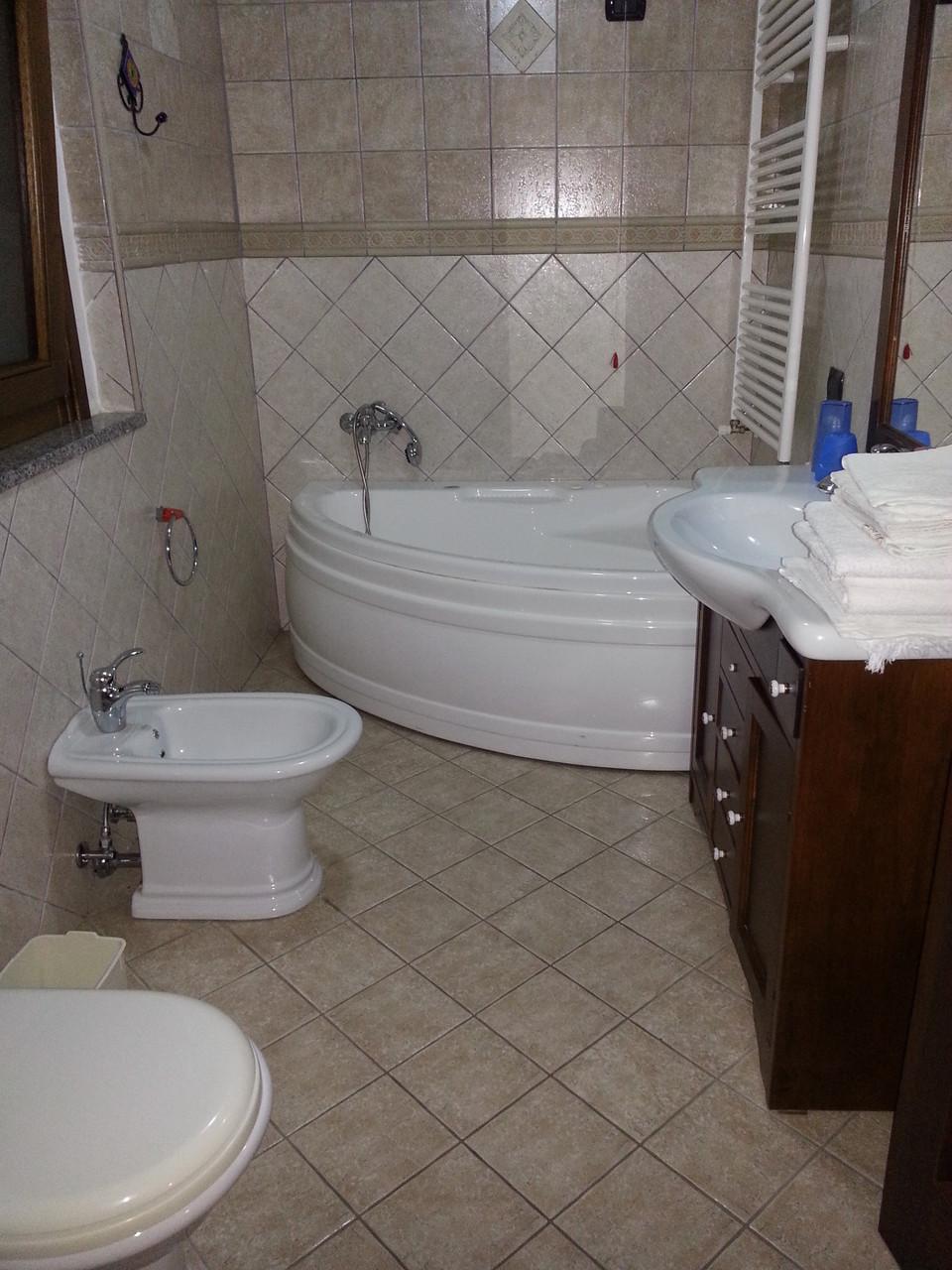 P2 bagno (vaso, bidet, lavandino, vasca idro, doccia separata)