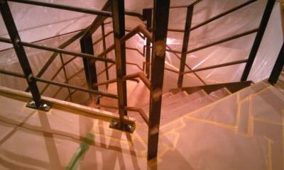 階段のステップも全部、ビニールで囲います。