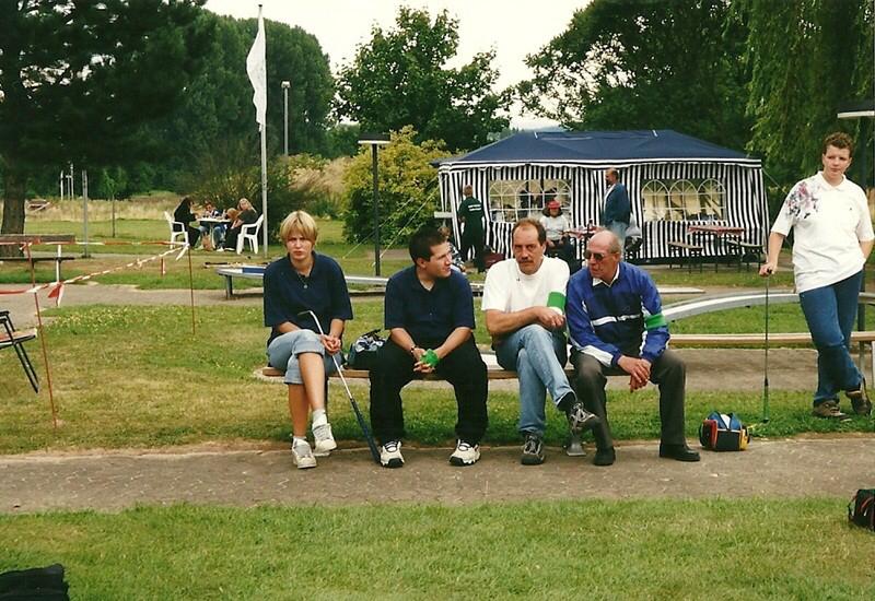 sitzend von links: Sara-Kim Hanke und die Betreuer Sascha Albrecht (Göttingen), Michael Wollenweber (Seesen), Lothar Forster (Kassel) ganz rechts, Annika Föllmer aus Bremen-Nord