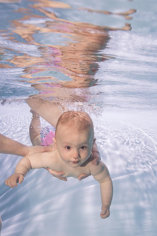 Unterwasseraufnahmen Baby gehalten