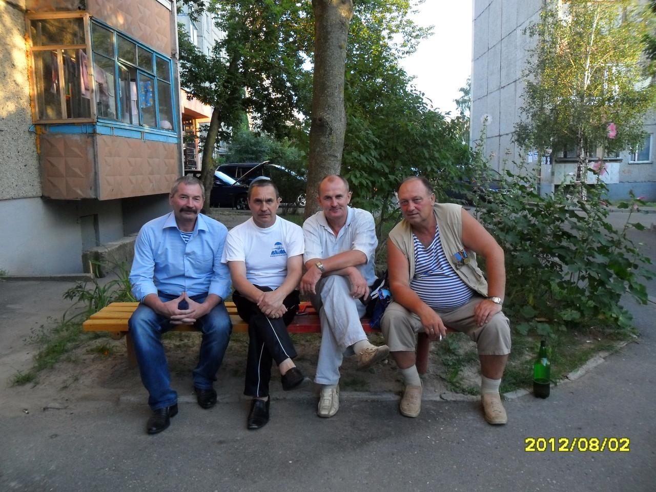 Командир разведгруппы В.Марченко (второй слева), связист Н.Есаулков (слева), И.Гусько и И.Нищенко - сержанты