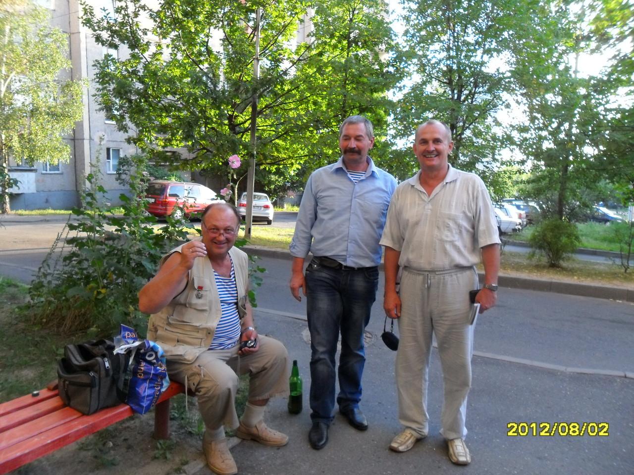 Разведчики 80-й ОРР: ст.с-т Игорь Нищенко (сидит), Николай Есаулков (в центре), Игорь Гусько (справа)