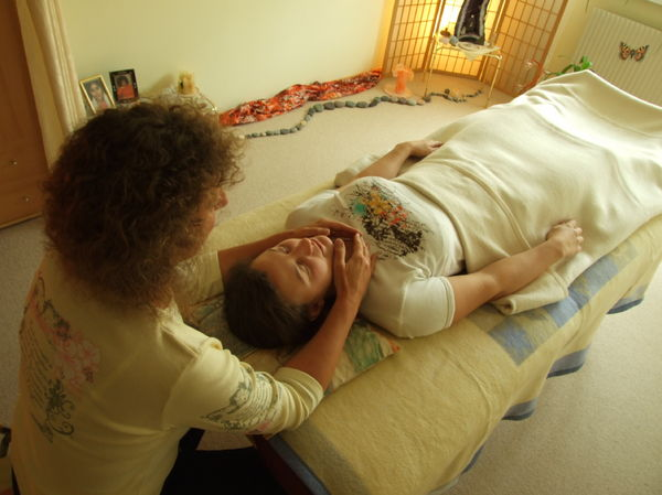 Reiki in Graz: Halsposition