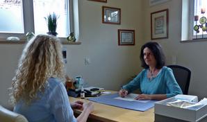 Anita Bayer im Gespräch mit einer Patientin