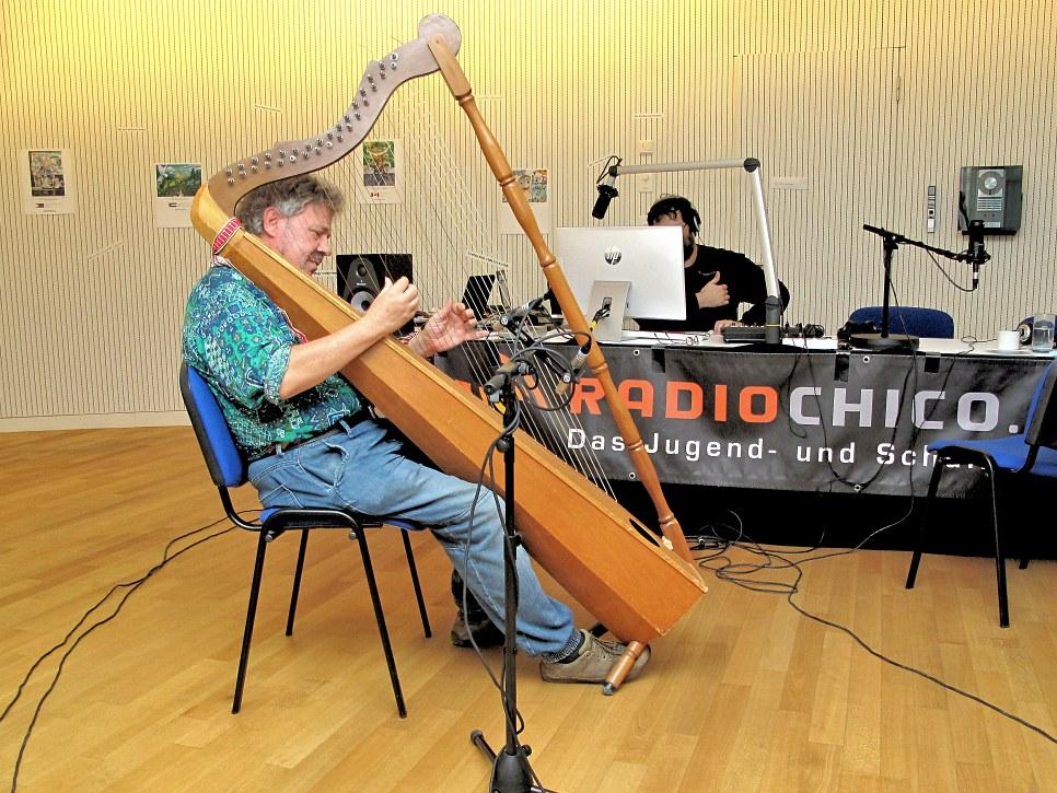 Daniel Hofer mit seiner tropischen Harfe aus Venezuela
