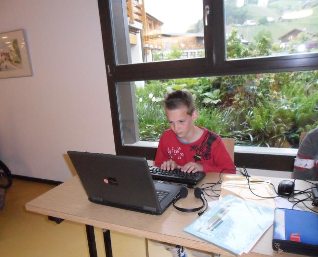 Philipp am Schreiben