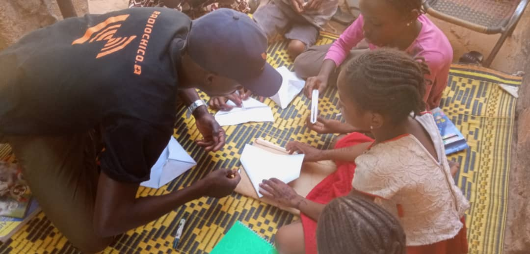 Souleymane spielt mit Kindern in Quarantäne