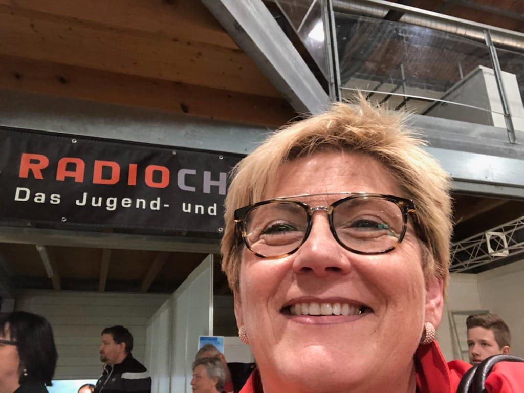Regierungsrätin und RadioChico-Gotte Beatrice Simon am Stand von RadioChico