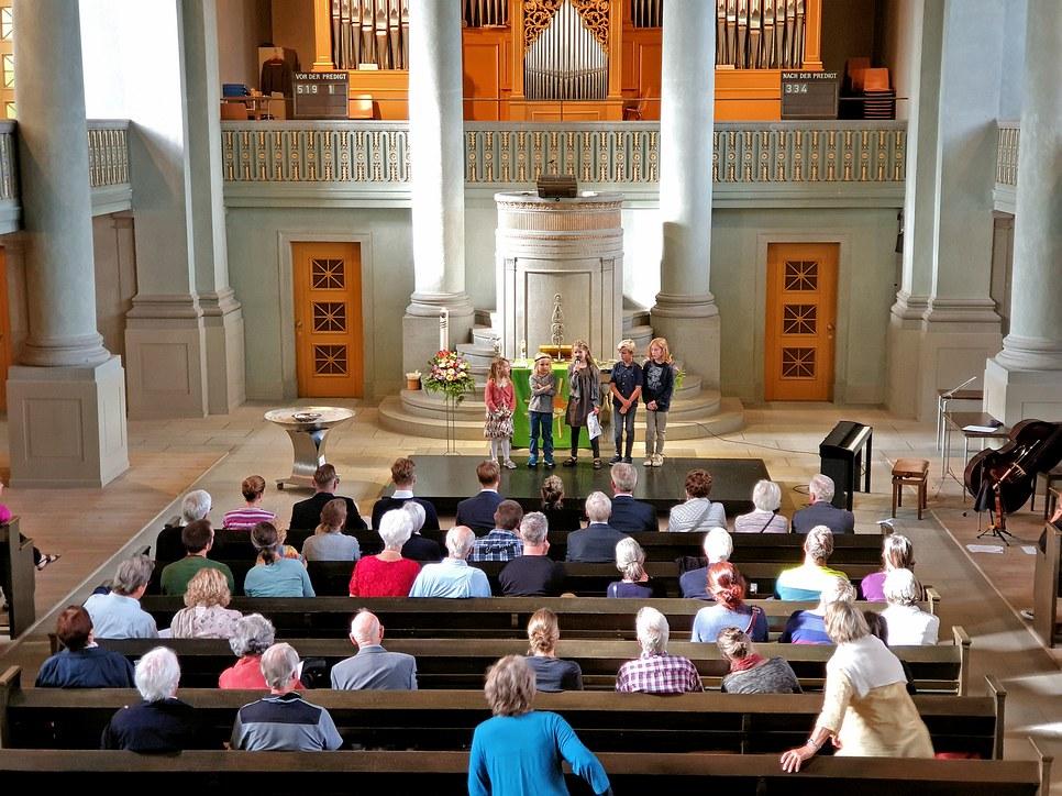 Die SchülerInnen der Erlebnisschule Frugiten begrüssen die Kirchgemeinde