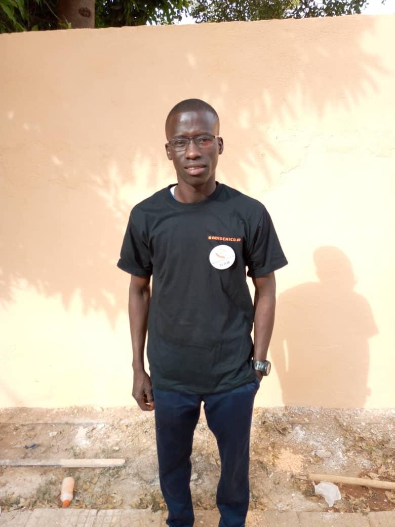 Souleymane jetzt eingekleidet als RadioChico Reporter