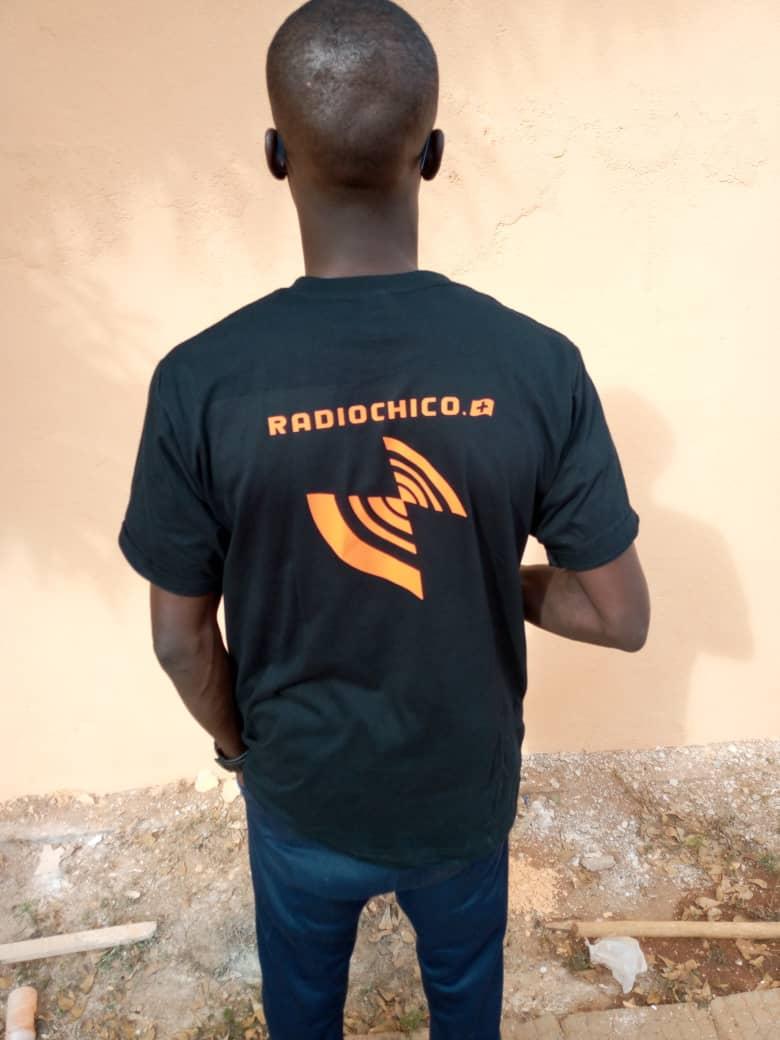 Souleymane jetzt eingekleidet als RadioChico Reporter - von hinten