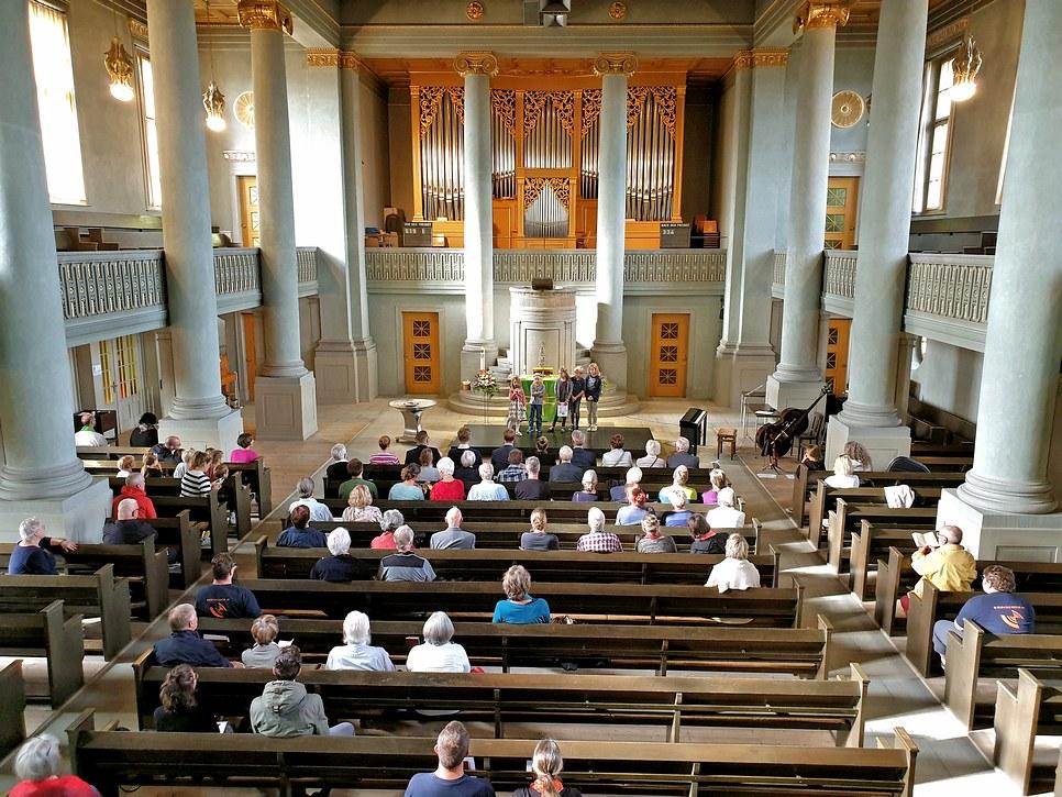 Die SchülerInnen begrüssen die Kirchgemeinde