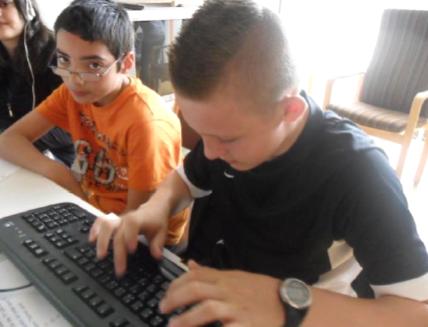 Ruben und Ramon an der Arbeit am Computer.